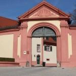 Rechtes Tor führt zur Polizeiwache Altshausen