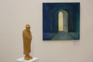 """Skulptur """"Schäfer"""" und Bild """"Tor"""" von Rosemarie Härle - Foto ivk"""