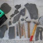 Schiefer-Fundstücke und Werkzeug